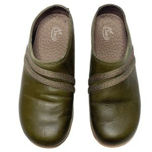 Chaco Ivy Green Leather Slip On Clogs Size 6.5